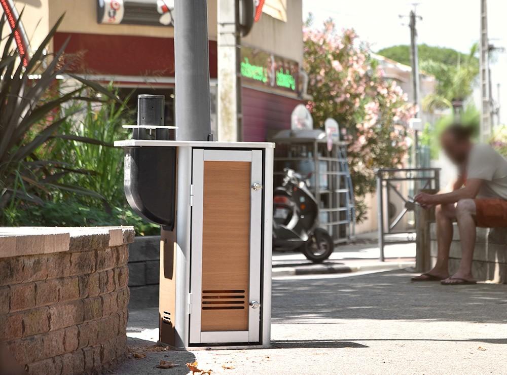 Borne urbaine anti moustique Qista installée en ville