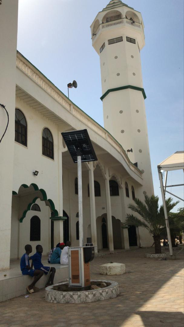 Borne Qista Light Bam avec panneau solaire installé au Sénégal