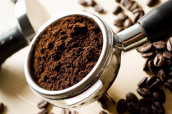Brûlez du café moulu pour créer une excellent répulsif antimoustique naturel.