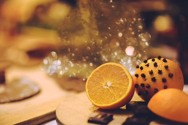 Des clous de girofle plantés dans une orange font un bon antimoustique naturel fait maison.