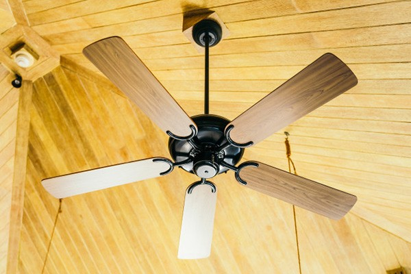 Un ventilateur est très efficace pour souffler le moustique hors de sa trajectoire, orientez-le vers vous !